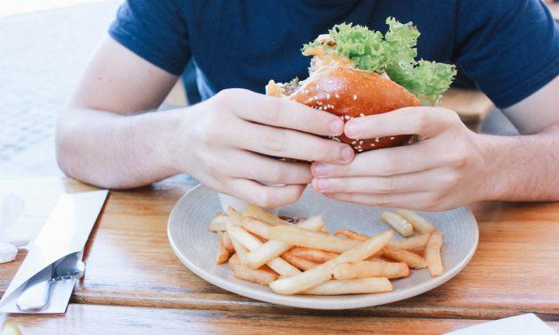 De ce mananci mult – legatura dintre emotii si mancatul compulsiv